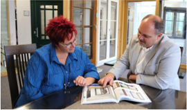 Mann und Frau lesen Katalog