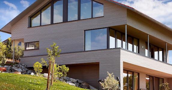 Flächenbündige Fenster an Haus